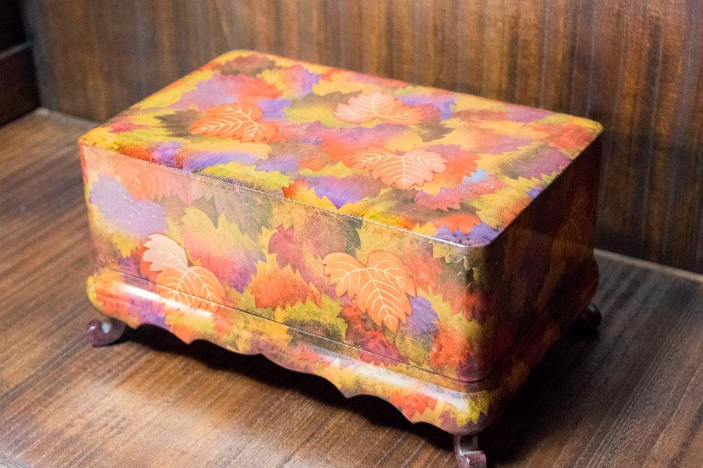 輪島で制作した漆器。新たな漆技法「芯漆」で漆作品をつくる山崖松花堂による制作しました。日本の文化を担う・漆の美展で農林水産大臣賞を受賞しました。